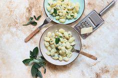 Salbei-Butter-Sauce - Fränkische Rezepte Sauce Camembert, Parmesan, Champignon Portobello, Butter, Feta, Risotto, Dairy, Week End, Cheese