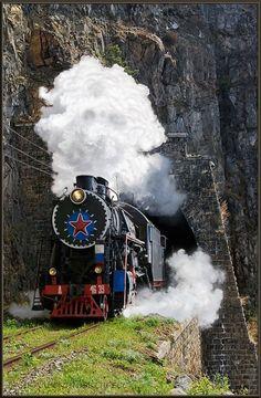 Паровоз серии Л с туристическим поездом на Кругобайкальской железной дороге