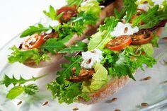 Sałata z łososiem, z figami, z granatem, a może sałata na bagietce albo na tortilli? Zobacz, jak zrobić zdrowe i lekkie sałatki na lunch do pracy albo wiosenną imprezę.