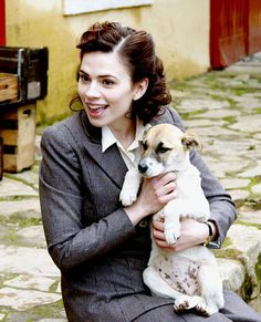 Peggy Carter (Hayley Atwell) with a puppy! Hayley Atwell Peggy Carter, Hailey Atwell, Hayley Elizabeth Atwell, Marvel Women, Marvel Actors, Marvel Avengers, Marvel Comics, Lee Pace, Stan Lee