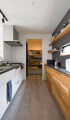 キッチンはグレーの天板に、背面の収納はステンレスの天板にと素材や色味にもこだわったキッチン。奥には、通り抜けるパントリーがあり、使い勝手もとても良い。 Kitchen Pantry, Kitchen Tiles, Kitchen Dining, Kitchen Cabinet Design, Interior Design Kitchen, Kitchen Cabinets, Japanese Kitchen, Japanese House, Japan House Design