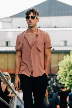 A look at the best street style from Men's Fashion Week in Paris, including relaxed pants, tucked-in T-shirts, and much more. Mens Fashion Week, Men's Fashion, Fashion Trends, Fashion Ideas, Mode Blog, How To Look Handsome, 49er, Street Style Trends, Cool Street Fashion