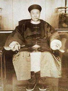 李鸿章(1823-1901),安徽合肥人,本名章桐,字渐甫,号少荃。淮军创始人和统帅、洋务运动的主要倡导者之一。1870年8月同治九年),被任命为直隶总督(后兼北洋大臣)。1894年甲午战败。1895年李鸿章被任命为全权大臣赴日议和。在与日签定了赔款2亿5千万两白银并割让辽东半岛及台湾澎湖的马关条约之后,被解除了位居25年之久的直隶总督。