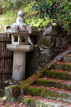寄りかかる灯篭 | Flickr - Photo Sharing!