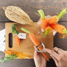 Segnaposti per la tavola pasquale!🥕 Tagliata e sbucciata, una piccola carotina su il piatto di ogni commensale da colore e atmosfera di festa! #easter #greenery #vegetables #carrot #rabbit #tabledecor #partydecor #DIY #decoration #placecard #placecardtable
