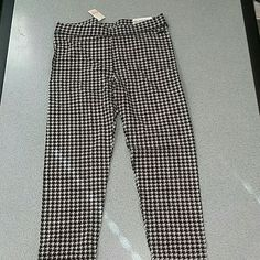 Victoria Secret PINK Houndstooth Legging SMALL Victoria Secret PINK Houndstooth Leggings size Small. Brand new with tags. They appear to be true size. REASONABLE OFFERS ACCEPTED!!! PINK Victoria's Secret Pants Leggings