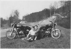 Album Ydral - Une belle photo envoyée par Bernard Goupil, avec ces précisions : ma moto GUILLER est à droite de la photo (elle avait un an). La moto de gauche est celle de mon copain Claude, la même mais de couleur rouge. Malheureusement il l'a vendue. Nous sommes pris en photo sur le circuit de Rouen-les Essarts.