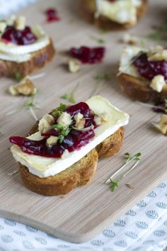 Crostini met brie and cranberries - Brenda kookt ! Vegetable Appetizers, Meat Appetizers, Appetizers For Party, Appetizer Recipes, Snack Recipes, Beef Recipes, Easy Recipes, Appetizer Ideas, Dinner Recipes