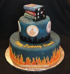 Divergent Cake oh my look at the books on top this is awesome Divergent Cake, Divergent Birthday, Divergent Party, Divergent Hunger Games, Divergent Series, Divergent Fandom, Tfios, Pretty Cakes, Beautiful Cakes