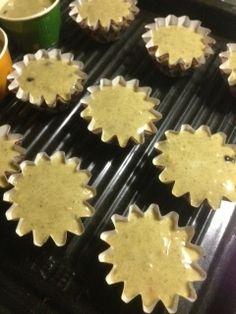 最後にチョコチップなどをいれ混ぜる  カップに生地を流しいれ、170度のオーブンで20~25分焼く