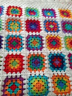 Bright colors and white borders. Crochet Quilt Pattern, Granny Square Crochet Pattern, Crochet Squares, Crochet Blanket Patterns, Crochet Motif, Diy Crochet, Crochet Crafts, Crochet Baby, Crochet Projects