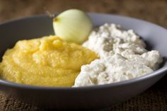 Cum prepari cea mai buna mamaliguta, servita cu branza si smantana Granola, Oatmeal, Grains, Cheese, Mai, Food, The Oatmeal, Rolled Oats, Eten