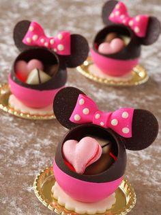 可愛すぎて食べられない!誰でも購入できる「ディズニーの絶品ケーキ」が可愛すぎる | RETRIP Disney Desserts, Cute Desserts, Disney Food, Japan Dessert, Kawaii Dessert, Chocolate Art, Chocolate Truffles, Chocolates, Comida Disney