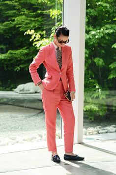 BUT I'M A TOMBOY: colored suit on women with leather loafers. complete with a tie and tie-pin ! + those sunglasses really rock. Androgynous Fashion, Tomboy Fashion, Love Fashion, Androgyny, Butch Fashion, Tomboy Stil, Tommy Ton, Linen Suit, Business Chic
