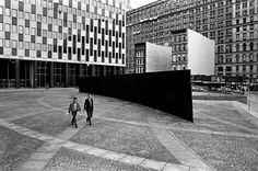 """Tilted Arc - Richard Serra   En 1981, se instaló una pieza denominada """"Tilted Arc"""", en la plaza federal de Nueva York: un arco con una ligera curva de proporciones impecables que redefinían la plaza y su forma de vivirla; la gente se dedicó a protestar por la pieza ya que hacía que tuvieran que rodearla y """"perder el tiempo"""". Fue con esta pieza que surge la frase célebre de Serra: """"El arte no es placentero. No es democrático. El arte no es para el pueblo""""."""