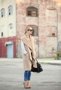 Brooklyn Blonde Photos by Keith Hodne Cape: Zara (FYI, only sold in one size) Looks Style, Style Me, Style Blog, Autumn Inspiration, Style Inspiration, Brooklyn Blonde, J Crew Shoes, Look Street Style, Sleeveless Jacket