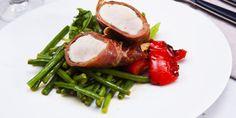 Saltimboccaa broilerista ja vihreitä papuja. Saltimbocca on perinteinen italialainen ruoka, jonka voi valmistaa myös broilerista. Sopii niin arkeen kuin juhlaankin. Lisää broilerireseptejä www.atria.fi