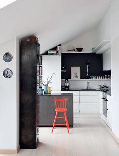 Super fint med den mørke farve bagved og den grå front ud mod rummet. Måske vi kan gøre det samme hos os med væg farve osv?