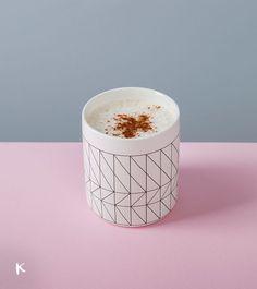 Vaso de cerámica blanco con estampado geométrico en negro   Encuéntralo en https://conkansei.com/es/vaso-geometrico