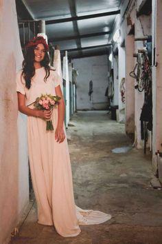 Novia con toques vintage con vestido en color rosa pálido.