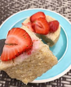 Feliz inicio de semana 🙌🏻 Con ganas de algo dulce me prepare un mugcake  En la licuadora agregue 1/3 de taza de avena , 2 claras , 1 cda de yogurt griego , 1 cdita de polvo para hornear y sobrecito de stevia . Licue muy bien , y agregue la mezcla en un molde previamente engrasado y acto para microondas , tiempo de cocción: 1 minuto 40 segundos y listo .  Algo rápido y rico .  Les quería preguntar si quieren que hagan una serie de desayunos saludables en mi canal . Podrían ser dulces y…