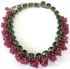 Alice Caviness - Collier Pampilles - Perles de Verre Rose et Strass Emeraude - Vintage