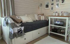 Ikean vuodesohva piristetty harmaa-beige-valkoisella. Ikea Sofa Bed, Nantucket Style, Beach House Decor, Home Decor, Nautical Home, Scandinavian Style, Mtv, Sweet Home, Lifestyle