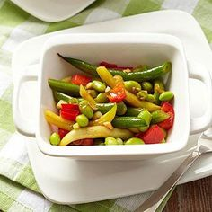 In this crisp, summer side dish, fresh green beens and sweet peppers are joined with edamame in a sweet and spicy chili-lime dressing. Vegetarian Bean Chili, Vegetarian Recipes Easy, Cooking Recipes, Diabetic Recipes, Diabetic Salads, Vegetarian Dinners, Vegetable Recipes, Bean Salad Recipes, Salad Recipes Video