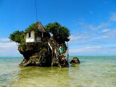 珊瑚礁の海に浮かぶ隠れ家!ザンジバルにある水上レストランが今話題に!   RETRIP