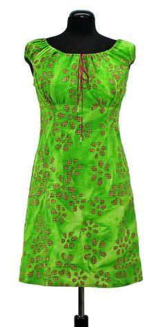 Das Schnittmuster kann aus leichten Baumwollstoffen verabeitet werden. Im Schnitt sind drei Längen angegeben. Das Kleid hat einen Carmenausschnitt der durch ein Bindeband etwas regulierbar ist. Der...