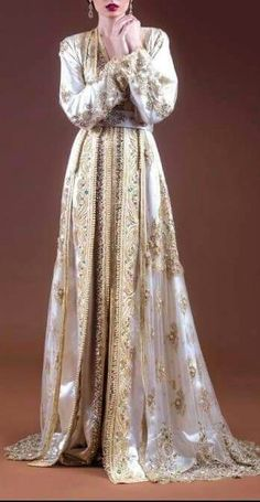 Fashion Arabic Style Illustration Description Dana Kittaneh so can you bring this back for me from Amman? Morrocan Dress, Moroccan Caftan, Turkish Wedding Dress, Caftan Gallery, Oriental Dress, Hijab Wedding Dresses, Arab Fashion, Caftan Dress, Everyday Dresses