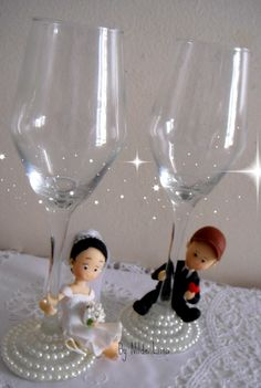 His And Her Glasses Wedding Decorations Ideas Wedding Flutes, Wedding Bottles, Wedding Glasses, Decorated Wine Glasses, Painted Wine Glasses, Wedding Crafts, Wedding Decorations, Bride And Groom Glasses, Wine Glass Crafts