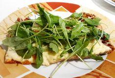 Pizza na spodzie orkiszowym pelnoziarnistym. U mnie z szynka prosciutto, pieczarkami, papryką, cebula i oczywiscie serem. Przed podaniem… Prosciutto, Seaweed Salad, Spinach, Vegetables, Health, Ethnic Recipes, Food, Health Care, Essen