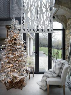 Sapin de Noël blanc qui apportera la magie de Noël chez vous