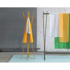 Porte manteaux design en bois - Le porte manteaux Tra meuble votre entrée, idéal pour suspendre vêtements et accessoires.  #homedecor #interiors #portemanteaux