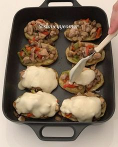 """4,050 Beğenme, 53 Yorum - Instagram'da Sümeyye Acartürk (@sumeyyeomer): """"Hayırlı iftarlar canlar Bugün öyle güzel bir tarifim var ki, bayılacaksınızPatateslerin üzerine…"""" Lunch Recipes, Meat Recipes, Slow Cooker Recipes, Chicken Recipes, Cooking Recipes, Iftar, Italian Chicken Dishes, Turkish Recipes, Different Recipes"""