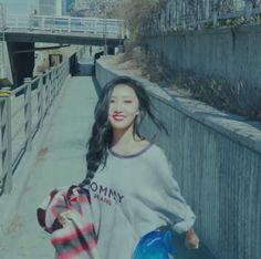 """ i say ma ma mamamoo. hello we are mamamoo ! Mamamoo, Kpop Aesthetic, Aesthetic Girl, Aesthetic Black, Soyeon, Popular Music, Signature Style, Pretty People, Art Reference Poses"