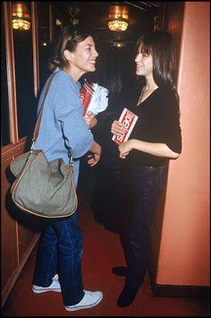 Jane Birkin et Charlotte Gainsbourg en 1988. Il semblerait que la fille se soit inspirée de la mère question look.