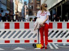 Die berühmte Adidas-Jogginghose feiert ihr Comeback. Wir zeigen die Geschichte der Retro-Hose und erklären, wie man sie jetzt am besten kombiniert