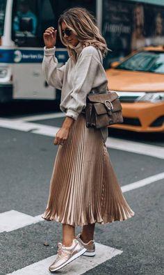 How to design a pleated skirt: bag + sweatshirt + door .- So gestalten Sie einen Faltenrock: Tasche + Sweatshirt + Turnschuhe How to design a pleated skirt: bag + sweatshirt + sneakers - Look Fashion, Trendy Fashion, Fashion Models, Autumn Fashion, Trendy Style, Fashion Clothes, Stylish Clothes, Skirt Fashion, Fashion Bags