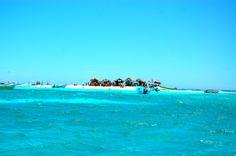 Cayo Arena (también conocido como Cayo Paraíso), que es la principal atracción turística, es una pequeña isla a unos 20 minutos en barco de la costa de Punta Rucia.