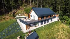 Pasivna hiša: Hišo in vodo grejejo za 10 evrov na mesec House Designs Ireland, Self Build Houses, Property Design, A Frame House, Diy Home Repair, House On A Hill, Home Design Plans, Black House, Modern Farmhouse