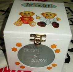 Caixa de medicamentos com vidro jateado: PRIMEIROS SOCORROS!!!    Deixe seus medicamentos ou das crianças mais organizados com esta linda caixa! R$ 36,00