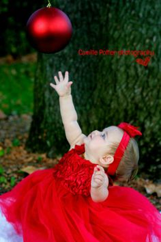 Abby would rock this photo. Christmas Photo Props, Family Christmas Pictures, Cute Little Baby Girl, Baby Girl Photography, Photography Ideas, Baby Girl Christmas, 1st Christmas, Baby Girl Pictures, Foto Baby