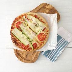 Pizza ist fertig! @urbanara das Brett ist ein Traum #urbanara#essen#food #holzbrett #bloggeratwork #bloggerlife #foto #lecker #pizza #serviette#hunger #bonappetit #schwuppissesweg @emiliaunddiedetektive