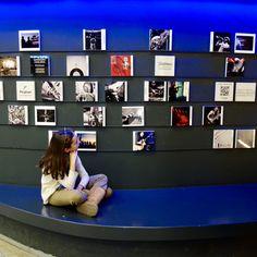 Mirando con curiosidad la primera Instagramers Gallery de Europa en @espacioftef • Si también sois curiosos os invitamos a ver el sintetizador que hemos fabricado allí en nuestro último taller 💯% original y ¡funciona! (Link en bio) #máquinassonoras #AccionesEdunoise #aprenderpuedeserdivertido #instagramersgallerymadrid #kidsmemories #instakids