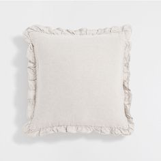 Stay up to date with cushions and decorative pillows from the new Zara Home collection. Floral, gray, white, golden or blue throw pillows and cushion covers. Nouvelle Collection Zara, Zara Home Collection, Uni Bedroom, Linen Bedroom, Paris Room Decor, Couleur Ecru, Knitted Cushions, Lounge Decor, Cushion Pads