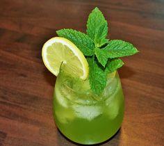 Mint & Gin = Chinatown!  #weekendstarter #cocktails #drinks #recipe #chinatown Gin, Cocktails, Drinks, Fruit, Recipes, Food, Juice, Lemon, Craft Cocktails