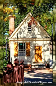 Living In Williamsburg, Virginia: Colonial Ambiance, Williamsburg, Virginia Colonial Williamsburg Va, Williamsburg Virginia, Casas The Sims 4, Virginia Is For Lovers, Colonial Architecture, Southern Architecture, Colonial America, Historic Homes, Exterior Paint