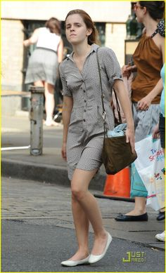 Emma Watson keeps it comfy and casual as she walks through SoHo NYC after grabbing a lite lunch at the Mercer Kitchen in the Mercer Hotel on Saturday afternoon Crediti : Just Jared Instagram : https://www.instagram.com/we.love.emma.watson.crush/ Passate dal nostro gruppo ; https://www.facebook.com/groups/445446642475974/ Twitter : https://twitter.com/GiacomaGs/status/907646326359445509 ? ~EmWatson Emma Watson Hot, Emma Watson Style, Emma Watson Without Makeup, Daniel Radcliffe, Bonnie Wright, Rupert Grint, My Emma, Taylor Swift 13, Just Jared